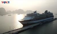 Tàu biển siêu sang Celebrity Millenium đem theo hơn 2.000 du khách đến Quảng Ninh