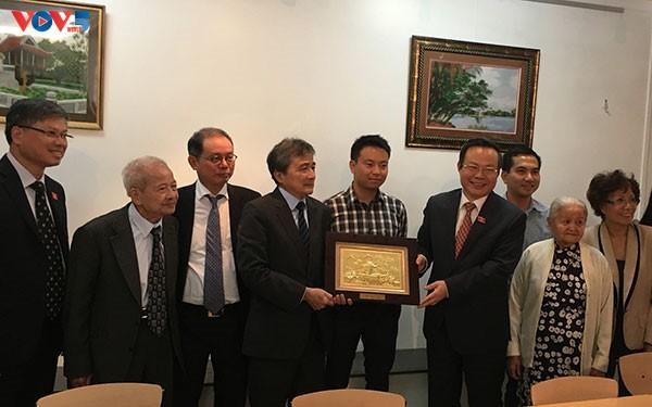Phó Chủ tịch Quốc hội Phùng Quốc Hiển tiếp xúc, làm việc với cộng đồng người Việt tại Pháp - ảnh 2