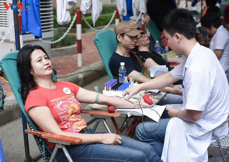 Người Hà Nội sinh năm 1976 rủ nhau đi hiến máu - ảnh 11