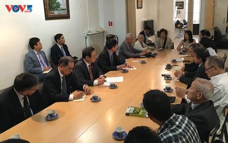 Wakil Ketua MN Vietnam, Phung Quoc Hien melakukan kontak dan temu kerja dengan komunitas orang Vietnam di Perancis - ảnh 1