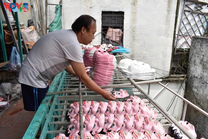 La dernière famille de Hanoi qui confectionne encore des masques en papier mâché  - ảnh 5