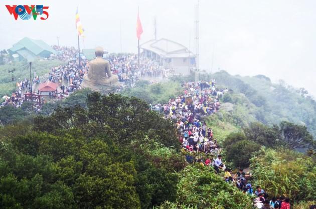 Selar Raja Buddhis Tran Nhan Tong di gunung suci Yen Tu - ảnh 11