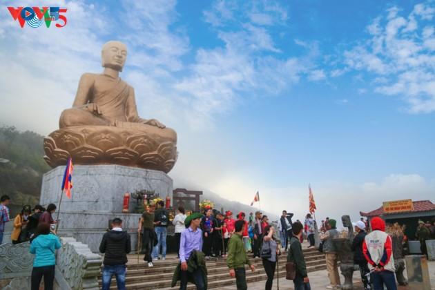 Selar Raja Buddhis Tran Nhan Tong di gunung suci Yen Tu - ảnh 1