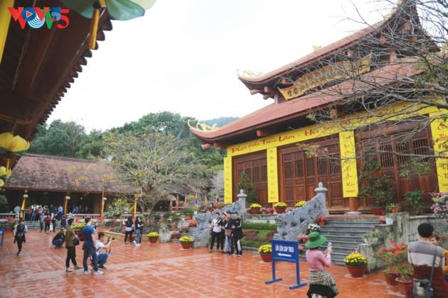 Selar Raja Buddhis Tran Nhan Tong di gunung suci Yen Tu - ảnh 8