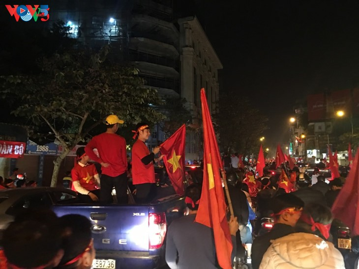 Hanoi streets covered in red flags, cheer football squad winning trophy - ảnh 8