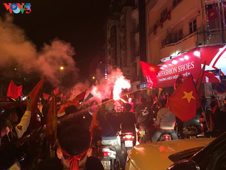 Hanoi streets covered in red flags, cheer football squad winning trophy - ảnh 7