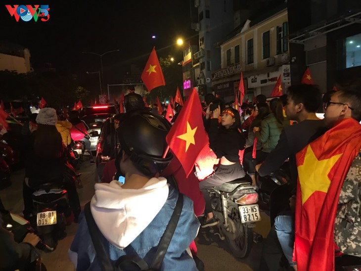 Hanoi streets covered in red flags, cheer football squad winning trophy - ảnh 6
