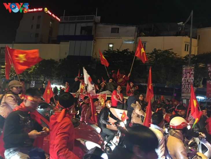 Hanoi streets covered in red flags, cheer football squad winning trophy - ảnh 3