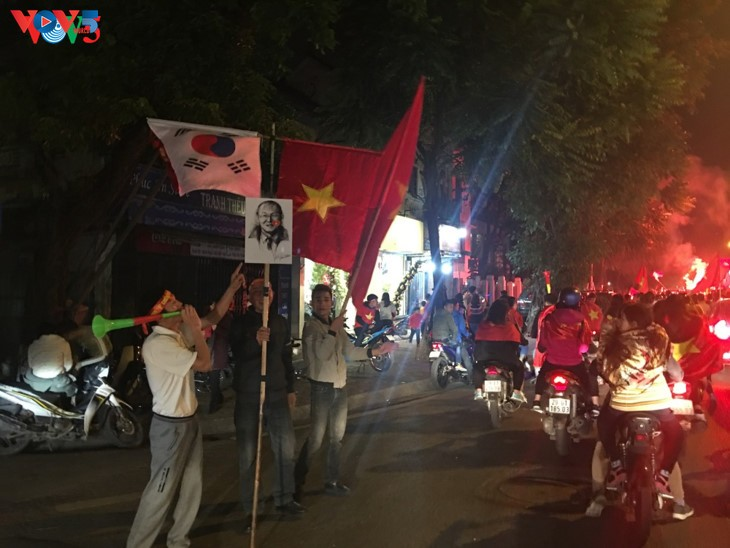 Hanoi streets covered in red flags, cheer football squad winning trophy - ảnh 2