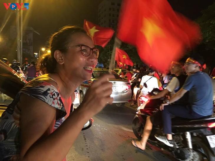 Cổ động viên Hà Nội tưng bừng đón mừng chiến thắng  - ảnh 6