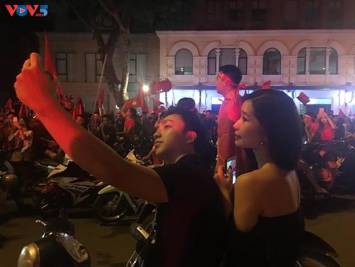 Cổ động viên Hà Nội tưng bừng đón mừng chiến thắng  - ảnh 10