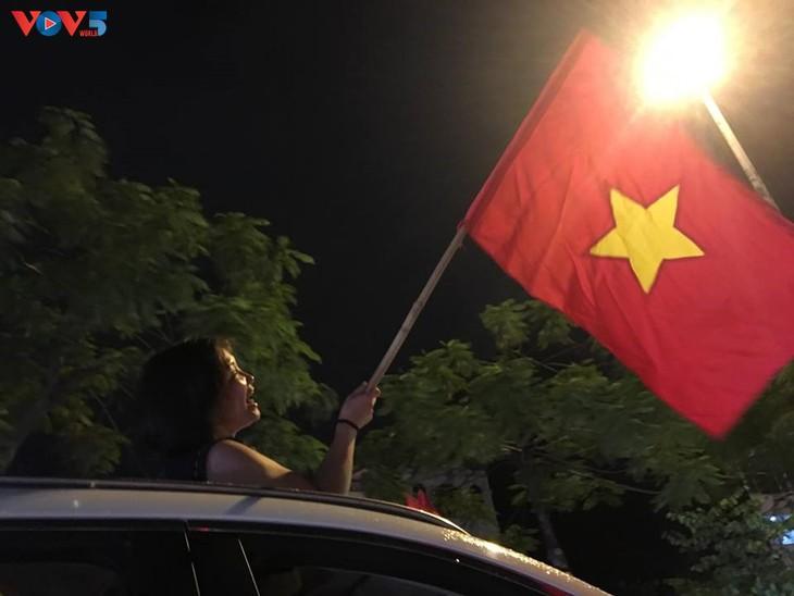 Cổ động viên Hà Nội tưng bừng đón mừng chiến thắng  - ảnh 15