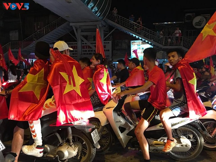 Cổ động viên Hà Nội tưng bừng đón mừng chiến thắng  - ảnh 3
