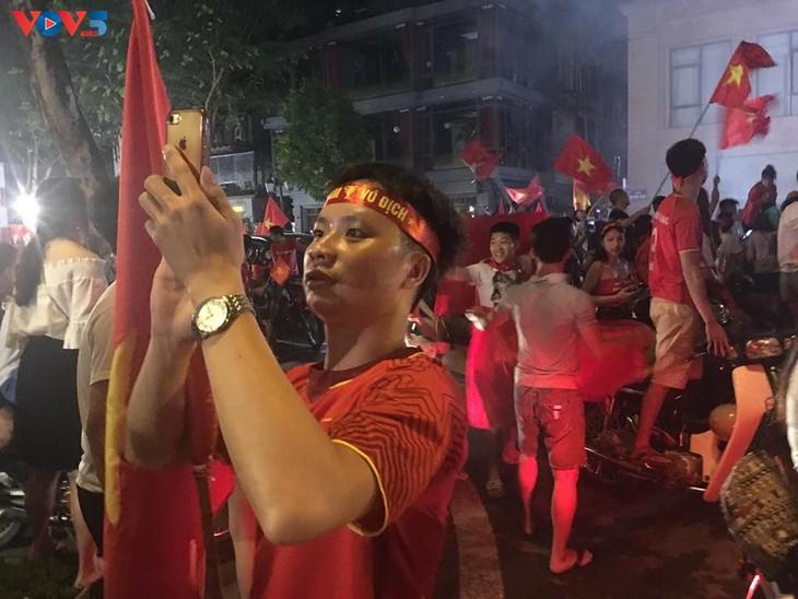 Cổ động viên Hà Nội tưng bừng đón mừng chiến thắng  - ảnh 8