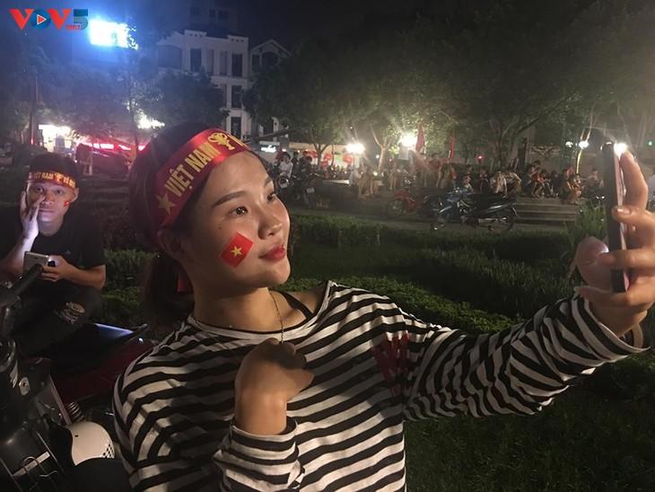 Cổ động viên Hà Nội tưng bừng đón mừng chiến thắng  - ảnh 9