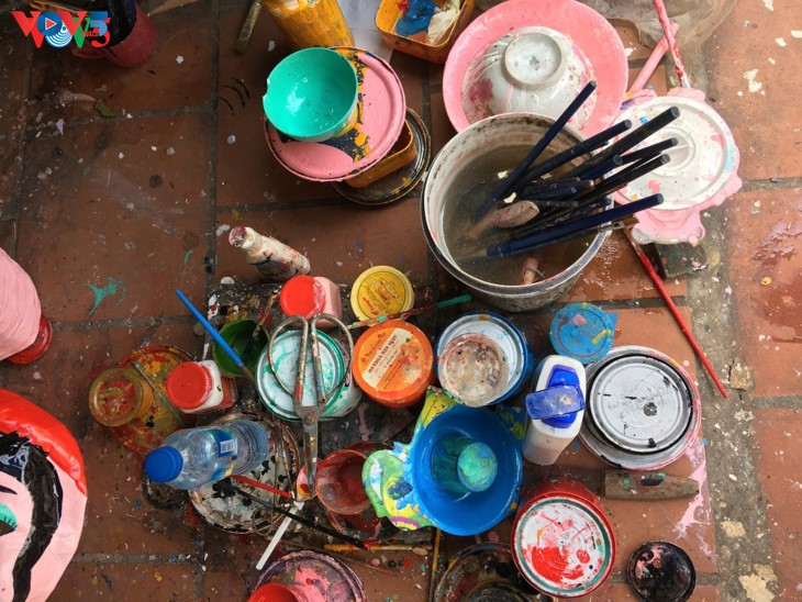 ครอบครัวสุดท้ายในกรุงฮานอยที่อนุรักษ์อาชีพทำหน้ากากกระดาษ โบ่ย - ảnh 2