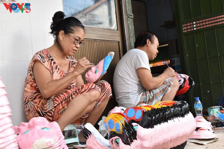 ครอบครัวสุดท้ายในกรุงฮานอยที่อนุรักษ์อาชีพทำหน้ากากกระดาษ โบ่ย - ảnh 1