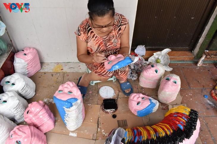 ครอบครัวสุดท้ายในกรุงฮานอยที่อนุรักษ์อาชีพทำหน้ากากกระดาษ โบ่ย - ảnh 3