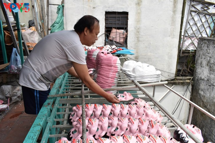 ครอบครัวสุดท้ายในกรุงฮานอยที่อนุรักษ์อาชีพทำหน้ากากกระดาษ โบ่ย - ảnh 6