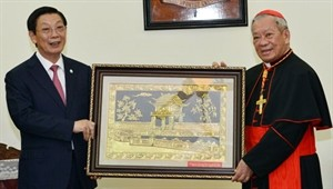 city leader extends new year wishes to hanoi catholics nh 1