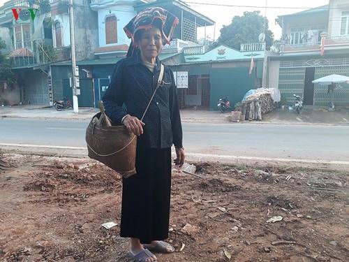 Shoulder bamboo basket of Thai women - ảnh 1