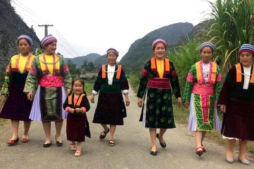 Costumes of Mong women in Ha Giang - ảnh 2