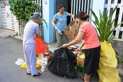 Da Nang raises social security fund by sorting garbage - ảnh 1