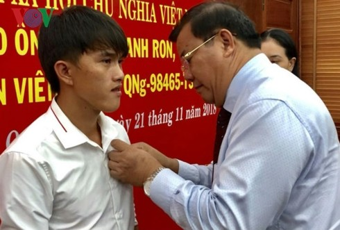 Quang Ngai fisherman honored for saving people at sea - ảnh 1