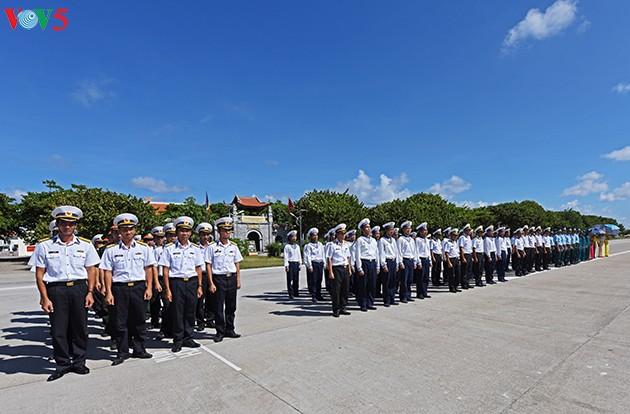 Sagrado acto de saludo a la bandera en Truong Sa