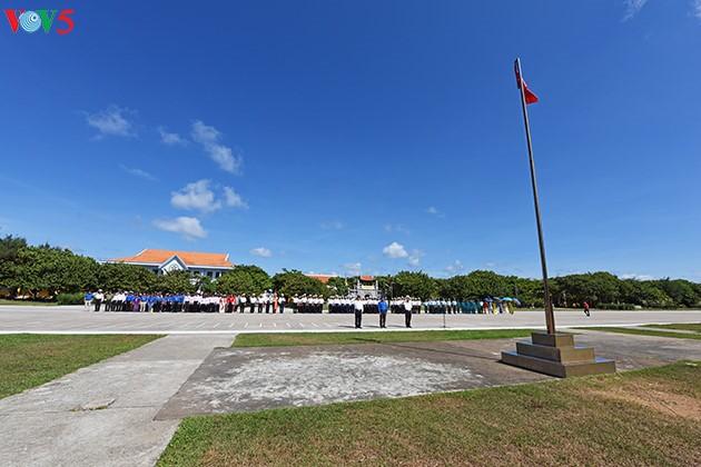 Cérémonie de salut au drapeau national à Truong Sa
