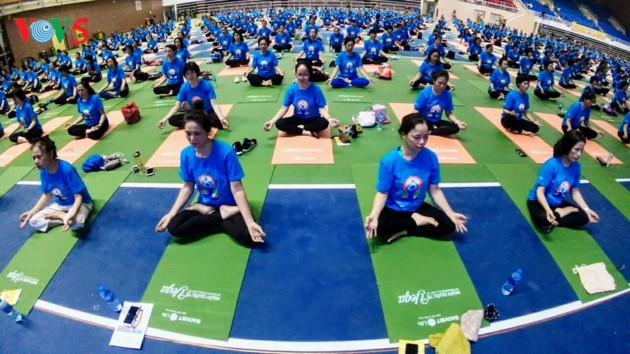 近1500人参加在河内举行的瑜伽表演
