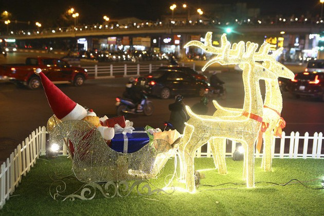 Seasonal Christmas atmosphere descends onto Hanoi's streets