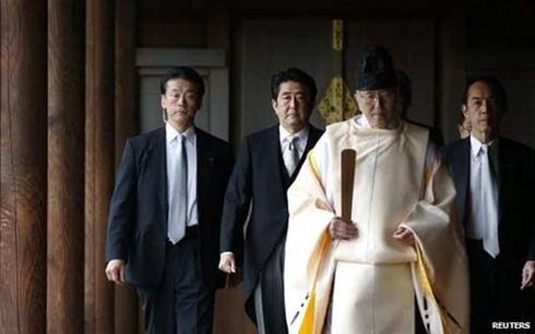 ທ່ານນາຍົກລັດຖະມົນຕີ ຍີ່ປຸ່ນ ສົ່ງເຄື່ອງຂອງບູຊາເຖິງວິຫານ Yasukuni - ảnh 1