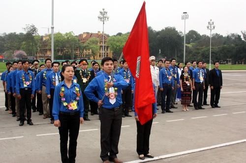 Liga Pemuda  Komunis Ho Chi Minh mengadakan upacara melaporkan  prestasi  dan  berziarah ke Mousolium  Presiden Ho Chi Minh - ảnh 1
