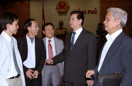 Perdana Menteri  Nguyen Tan Dung mengadakan temu kerja dengan para ekonom. - ảnh 1