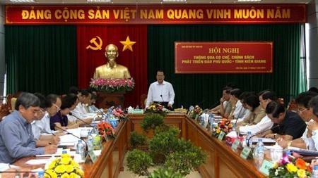 Konferensi  mengesahkan  mekanisme dan kebijakan  pengembangan pulau Phu Quoc, provinsi Kien Giang. - ảnh 1