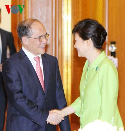 Ketua MN Nguyen Sinh Hung melakukan kunjungan kehormatan kepada Presiden Republik Korea  - ảnh 1