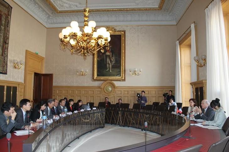 Komisi Hukum Majelis Nasional Vietnam  berbagi pengalaman dengan  lembaga legislatif Republik Perancis. - ảnh 1