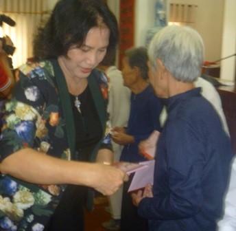 Wakil Ketua MN Vietnam, Nguyen Thi Kim Ngan menghadiri acara  serahterima rumah kepada kepala keluarga miskin di provinsi Ben Tre - ảnh 1