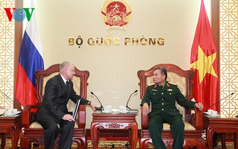 Deputi Menhan Vietnam menerima  Konselor  Federasi Rusia. - ảnh 1