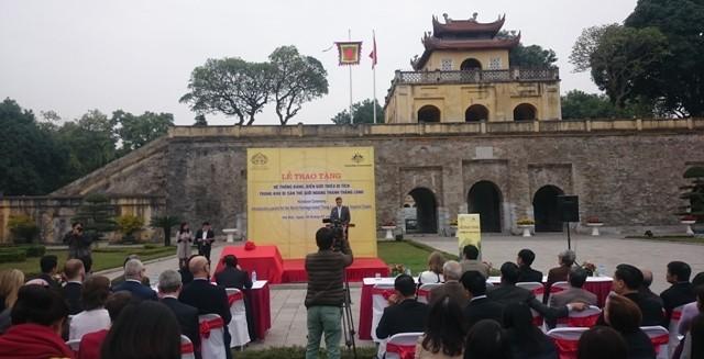 Kedutaan Besar Australia memberikan  papan nama dan papan petunjuk untuk memperkenalkan situs peninggalan di Zona  Pusaka Benteng Kerajaan Thang Long - ảnh 1