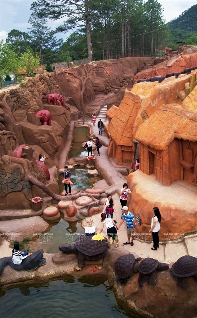 Terowongan tanah liat - destinasi  wisata  baru yang menyerap kedatangan para turis - ảnh 1