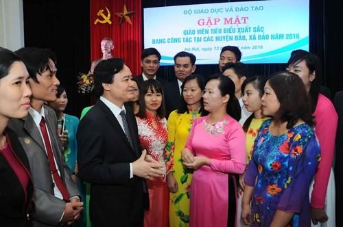 Kementerian Pendidikan dan Pelatihan Vietnam bertemu dengan para guru tipikal  yang bekerja di kabupaten  dan kecamatan pulau - ảnh 1