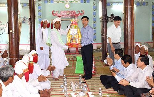 Mengunjungi dan mengucapkan selamat Hari Raya Ramuwan kepada para warga Cham - ảnh 1