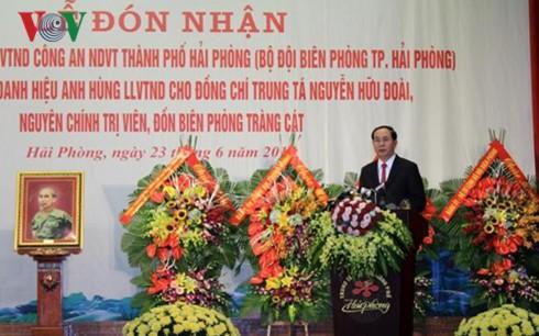 "Presiden Vietnam, Tran Dai Quang menghadiri upacara pemberian gelar: ""Pahlawan Angkatan Bersenjata  Rakyat"" kepada Tentara Perbatasan kota Hai Phong - ảnh 1"