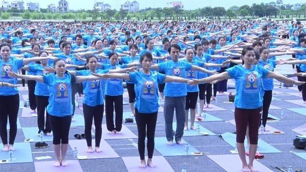 Hari Yoga Internasional  kali ke-3  menyerap  partisipasi hampir 1000 orang peserta - ảnh 1