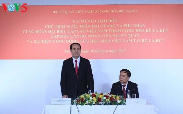 Presiden Vietnam Tran Dai Quang  menemui  para pejabat dan staf Kedutaan Besar  dan para wakil komunitas orang dan  mahasiswa Vietnam di Belarus - ảnh 1