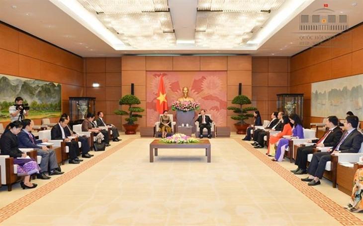 Wakil  Ketua  MN Vietnam, Phung Quoc Hien menerima Kepala Komisi Hukum  dari Parlemen Laos, Bouakham Thipphavong  - ảnh 1