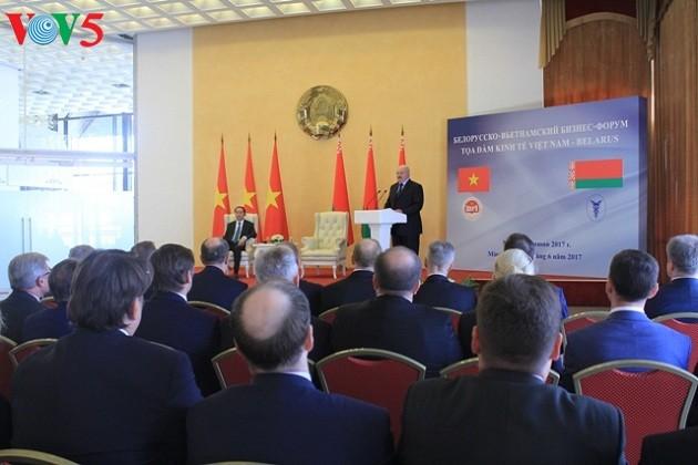 Presiden Tran Dai Quang dan Presiden Belarus, Alexander Lukashenko  bersama-sama memimpin  simposium ekonomi Vietnam-Belarus - ảnh 1