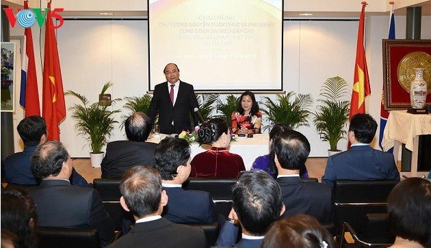 PM Vietnam Nguyen Xuan Phuc mengadakan pertemuan dengan komunitas orang Vietnam di Belanda - ảnh 1